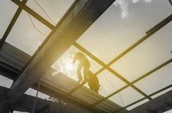工作在建造场所的剪影工作者 免版税库存照片