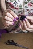 工作在头饰的妇女 布料的缝合的颜色 免版税库存照片