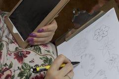 工作在头饰的妇女 布料缝合的花  免版税库存照片