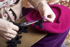 工作在头饰的妇女 布料缝合的花  图库摄影