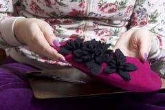 工作在头饰的妇女 布料缝合的花  库存图片