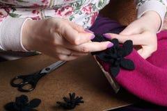 工作在头饰的妇女 布料缝合的花  库存照片