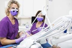 工作在年轻Woman& x27的牙医; 在诊所的s牙 图库摄影