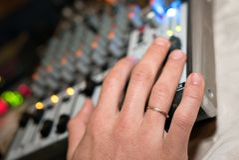 工作在audiomixer的DJ在夜总会 免版税库存照片