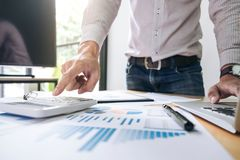 工作在calcu的商人或会计金融投资 图库摄影