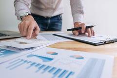 工作在calcu的商人或会计金融投资 免版税库存图片