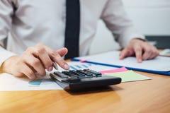 工作在calcu的商人或会计金融投资 免版税库存照片