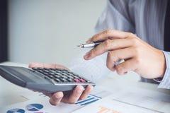 工作在calcu的商人或会计金融投资 免版税图库摄影