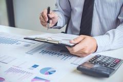 工作在calcu的商人或会计金融投资 库存图片
