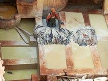 工作在Chouwara皮革厂的民工 菲斯El巴厘岛麦地那 摩洛哥 免版税库存图片