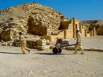 工作在Djoser金字塔,其中一座最旧的金字塔在世界上 免版税库存照片