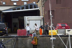 工作在Eyemouth港口的渔夫在Berwickshire在苏格兰,英国 07 08 2016年 库存图片