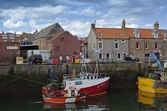 工作在Eyemouth港口的渔夫在Berwickshire在苏格兰,英国 07 08 2016年 免版税图库摄影
