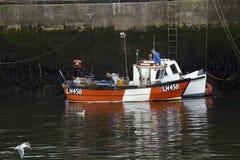 工作在Eyemouth港口的渔夫在Berwickshire在苏格兰,英国 07 08 2016年 免版税库存照片