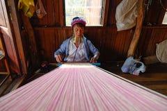 工作在Inle湖,缅甸的一个老妇人 免版税库存照片