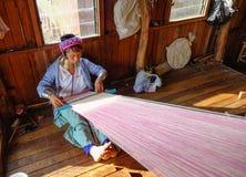 工作在Inle湖,缅甸的一个老妇人 图库摄影