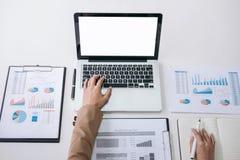 工作在lapt的女实业家或会计金融投资 免版税图库摄影