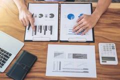 工作在offic的典雅的商人新的经营战略计划 免版税库存照片