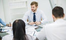 工作在workpl的一个新的合同的成功的企业队 免版税库存照片
