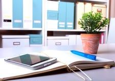工作场所企业静物画 空白的空的笔记本膝上型计算机片剂个人计算机手机笔 免版税图库摄影
