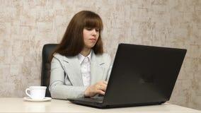 工作场所品行商务信件的一名年轻女实业家在计算机上 女孩在办公室工作在 股票视频