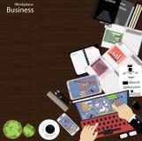 工作场所商人观看对现代通讯技术,笔记本,片剂,手机,玻璃, pe的使用 库存图片