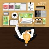 工作场所商人观看对现代通讯技术,笔记本,片剂,手机,玻璃, pe的使用 图库摄影