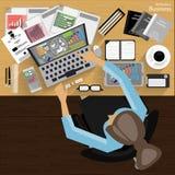 工作场所商人观看对现代通讯技术,笔记本,片剂,手机,玻璃, pe的使用 免版税库存照片