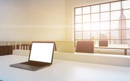 工作场所在一个明亮的现代顶楼露天场所办公室 表装备膝上型计算机,在屏幕的白色拷贝空间 Docs架子 库存图片