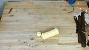 工作场所在有剪刀、毛线、木桌和梭的缝合的和编织的车间 股票视频
