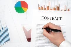 工作场所生意人 合同、图和图表在书桌上 免版税库存照片