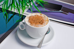 工作场所用咖啡和电话 免版税库存图片