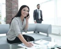 工作场所的妇女助理在办公室 免版税图库摄影