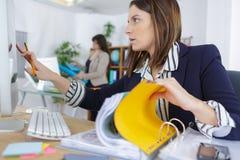 工作场所的确信的女性办公室经理 免版税库存照片
