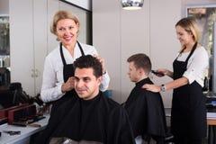 工作场所的美发师 免版税库存图片