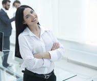 工作场所的背景的成功的年轻女商人 免版税库存图片