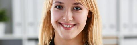 工作场所神色的美丽的微笑的女孩秘密审议 免版税库存图片