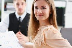 工作场所神色的美丽的微笑的快乐的女孩秘密审议 免版税库存照片