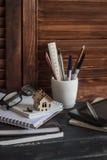 工作场所设计师和建筑师有事务的反对-书、笔记本、笔、铅笔、统治者、片剂、玻璃和a模型  免版税库存照片