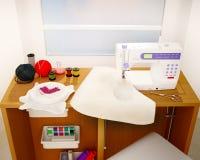 工作场所 与一台缝纫机的静物画,刺绣,细节 库存照片