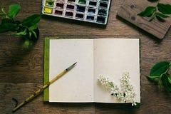 工作场所画家和绿色叶子 介绍 空白的笔记本 春天空白笔记本 免版税库存图片