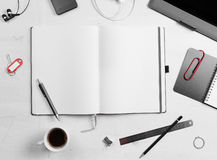 工作场所 空的笔记薄、片剂个人计算机和巧妙的电话 免版税库存图片