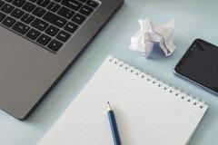 工作场所 笔记本、铅笔、膝上型计算机和智能手机在桌上说谎 免版税库存图片