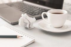 工作场所 笔记本铅笔膝上型计算机和智能手机在桌上说谎 免版税库存图片