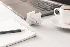 工作场所 笔记本铅笔膝上型计算机咖啡 图库摄影