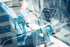 工作处理现代演播室顶楼 创造性的主任运作的工友办公室新的自由职业者的交易起步 膝上型计算机使用 免版税库存图片