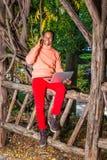工作外面在公园的年轻Africain美国人在纽约 库存照片