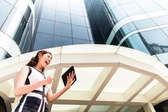 工作外面在片剂个人计算机的亚裔女商人 免版税库存图片