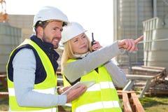工作外面在建造场所的两名工作者 库存图片