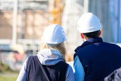 工作外面在建造场所的两名工作者 免版税库存照片